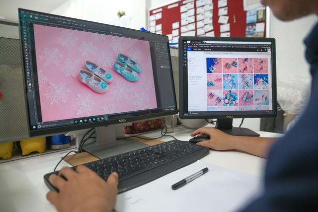 Cận cảnh nhà máy sản xuất BST giày đầu tiên của thương hiệu Việt và Disney - Ảnh 1.