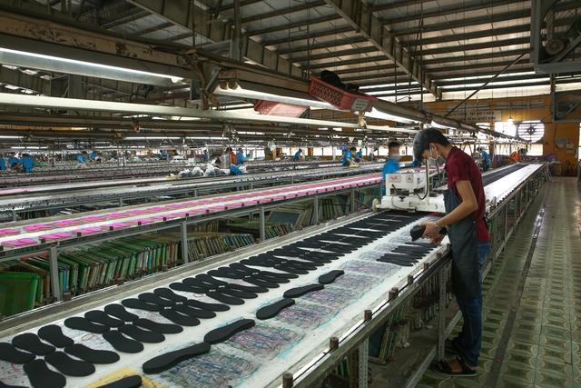 Cận cảnh nhà máy sản xuất BST giày đầu tiên của thương hiệu Việt và Disney - Ảnh 6.