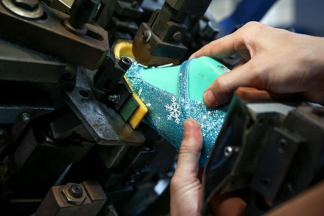 Cận cảnh nhà máy sản xuất BST giày đầu tiên của thương hiệu Việt và Disney - Ảnh 8.
