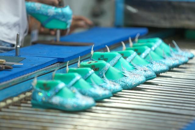 Cận cảnh nhà máy sản xuất BST giày đầu tiên của thương hiệu Việt và Disney - Ảnh 10.