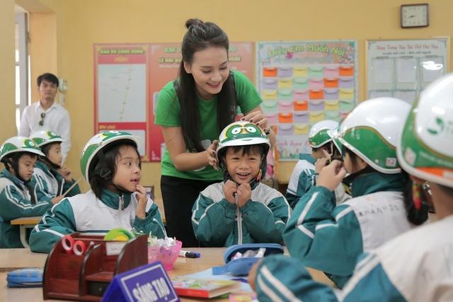 Loạt sao Việt hưởng ứng chiến dịch tặng mũ bảo hiểm cho trẻ em - Ảnh 1.