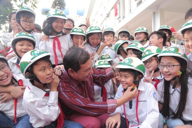 Loạt sao Việt hưởng ứng chiến dịch tặng mũ bảo hiểm cho trẻ em - Ảnh 3.