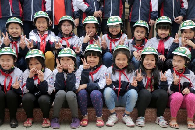 Loạt sao Việt hưởng ứng chiến dịch tặng mũ bảo hiểm cho trẻ em - Ảnh 7.