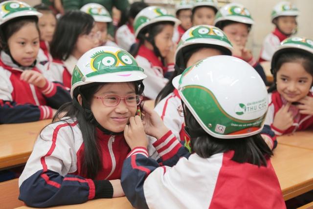 Loạt sao Việt hưởng ứng chiến dịch tặng mũ bảo hiểm cho trẻ em - Ảnh 8.