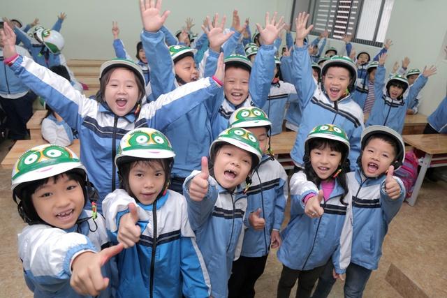 Loạt sao Việt hưởng ứng chiến dịch tặng mũ bảo hiểm cho trẻ em - Ảnh 9.