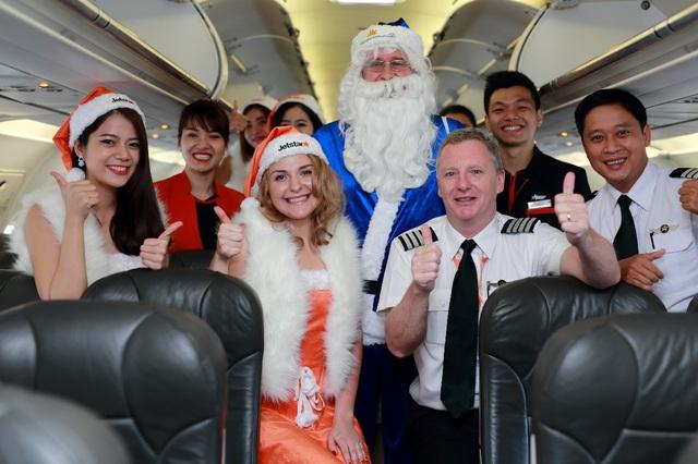 Ông già Noel cưỡi máy bay phát quà khắp đất nước trong vòng 1 ngày - Ảnh 1.
