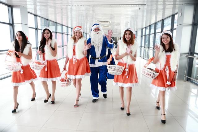 Ông già Noel cưỡi máy bay phát quà khắp đất nước trong vòng 1 ngày - Ảnh 4.