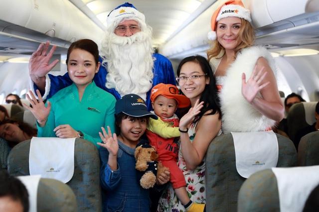 Ông già Noel cưỡi máy bay phát quà khắp đất nước trong vòng 1 ngày - Ảnh 7.