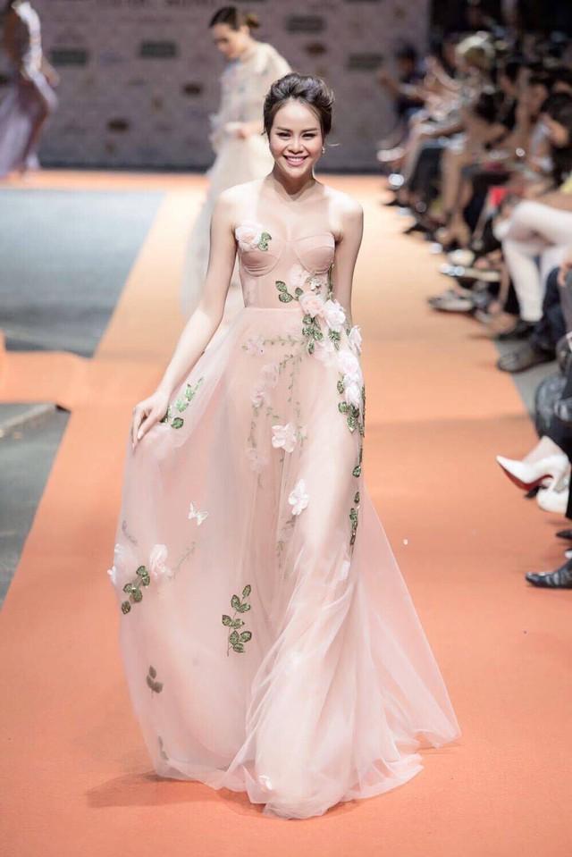 Hoa hậu Sella Trương, Lan Khuê xinh đẹp như hoa trên sàn catwalk - Ảnh 1.