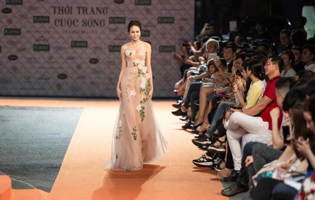 Hoa hậu Sella Trương, Lan Khuê xinh đẹp như hoa trên sàn catwalk - Ảnh 2.