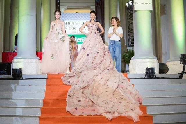 Hoa hậu Sella Trương, Lan Khuê xinh đẹp như hoa trên sàn catwalk - Ảnh 3.
