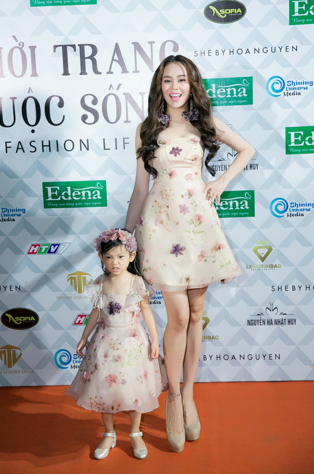 Hoa hậu Sella Trương, Lan Khuê xinh đẹp như hoa trên sàn catwalk - Ảnh 4.