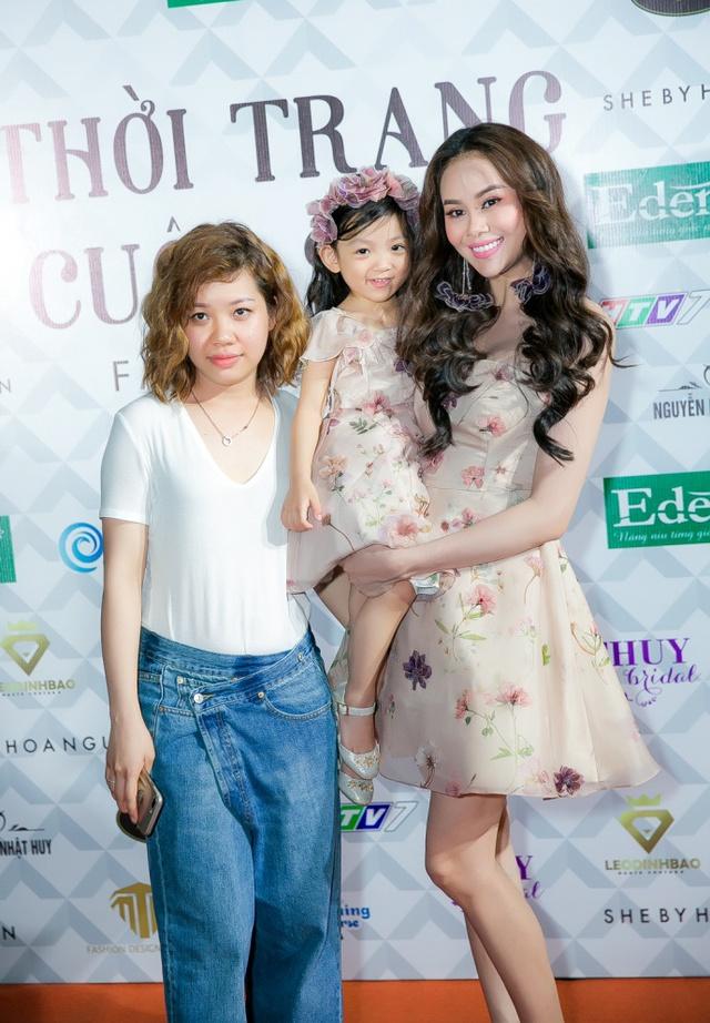 Hoa hậu Sella Trương, Lan Khuê xinh đẹp như hoa trên sàn catwalk - Ảnh 6.