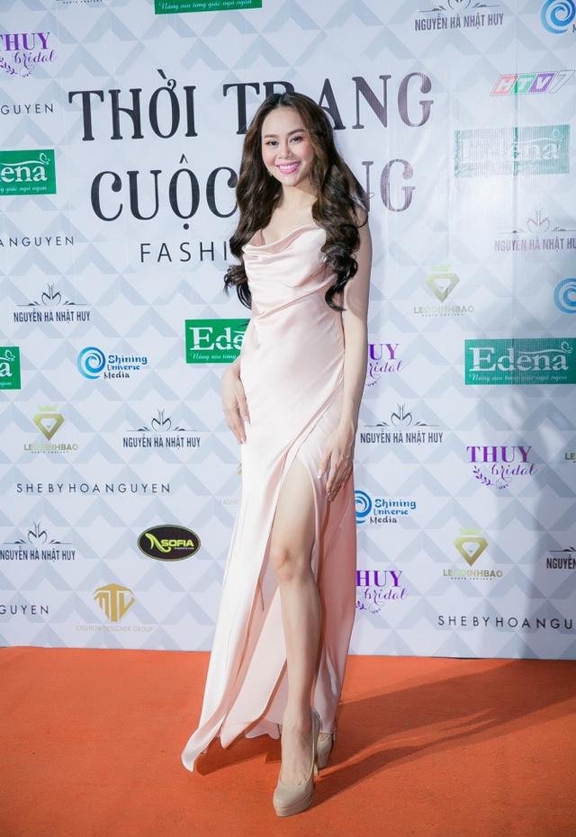 Hoa hậu Sella Trương, Lan Khuê xinh đẹp như hoa trên sàn catwalk - Ảnh 7.
