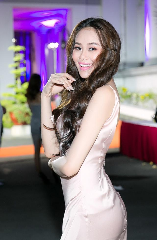 Hoa hậu Sella Trương, Lan Khuê xinh đẹp như hoa trên sàn catwalk - Ảnh 8.
