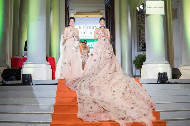 Hoa hậu Sella Trương, Lan Khuê xinh đẹp như hoa trên sàn catwalk - Ảnh 12.