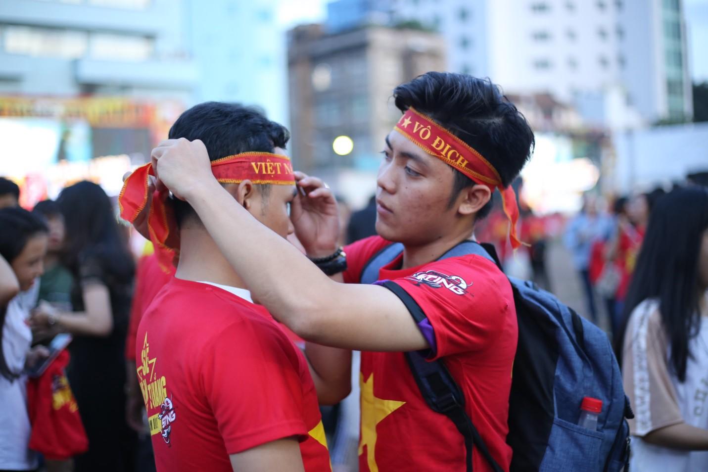 Hàng nghìn CĐV tại 2 đầu đất nước cùng nhau tạo triệu lượt phất cờ cho chiến thắng của đội tuyển Việt Nam - Ảnh 1.