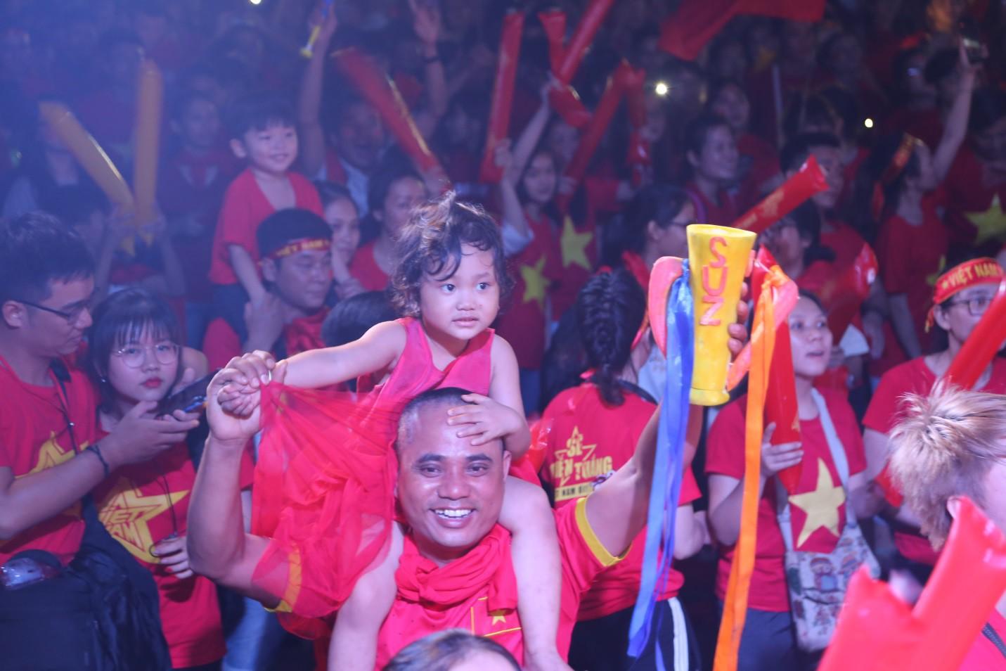 Hàng nghìn CĐV tại 2 đầu đất nước cùng nhau tạo triệu lượt phất cờ cho chiến thắng của đội tuyển Việt Nam - Ảnh 2.