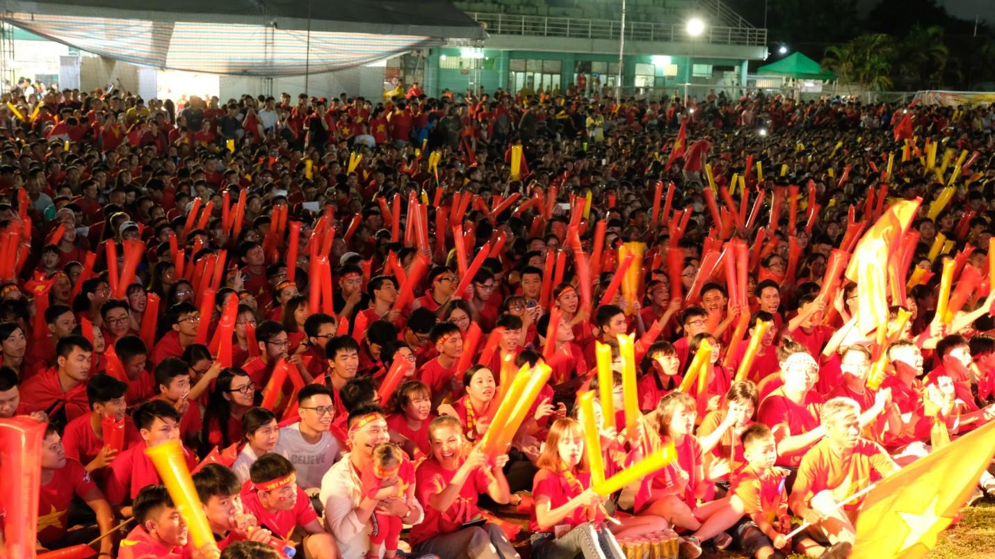 Hàng nghìn CĐV tại 2 đầu đất nước cùng nhau tạo triệu lượt phất cờ cho chiến thắng của đội tuyển Việt Nam - Ảnh 4.