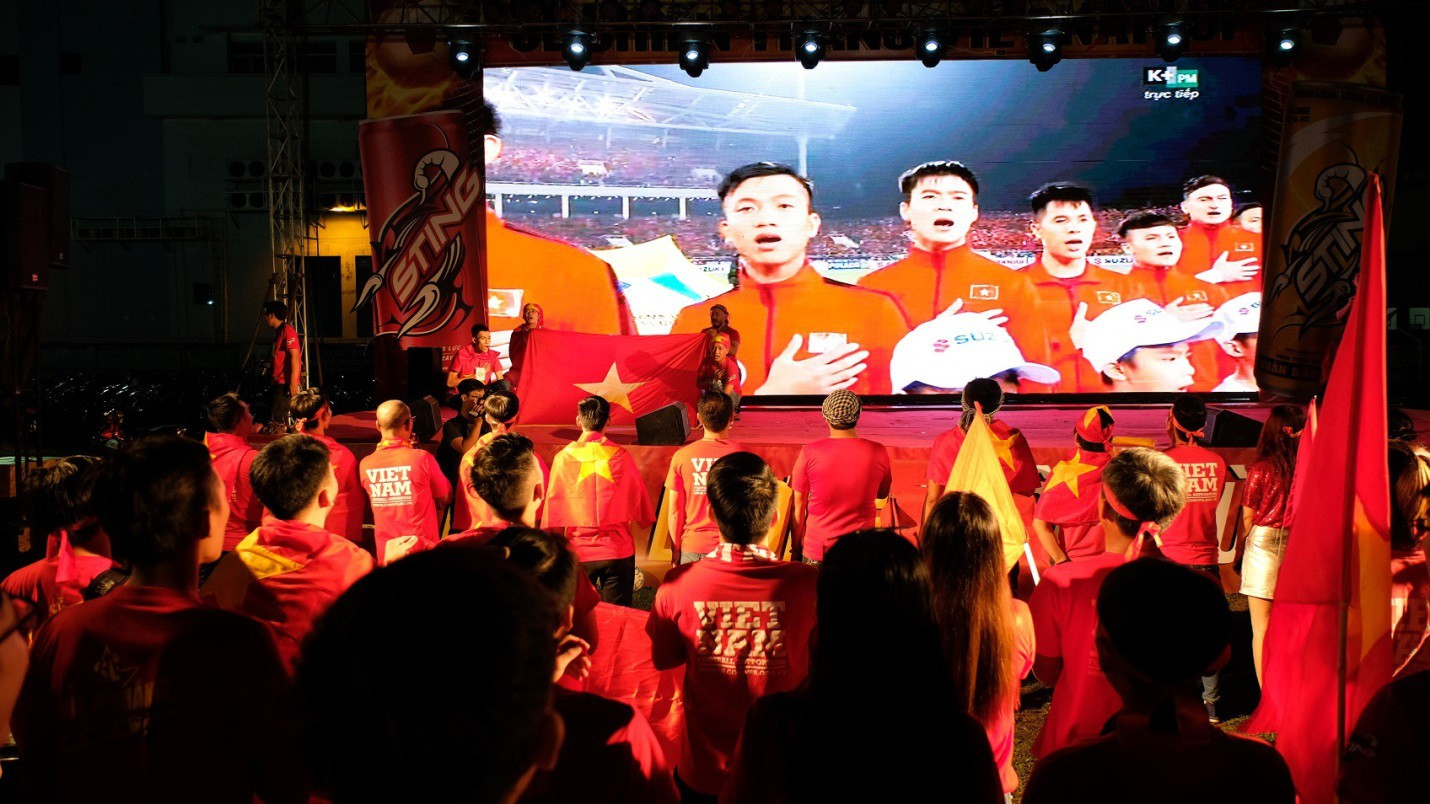 Hàng nghìn CĐV tại 2 đầu đất nước cùng nhau tạo triệu lượt phất cờ cho chiến thắng của đội tuyển Việt Nam - Ảnh 5.