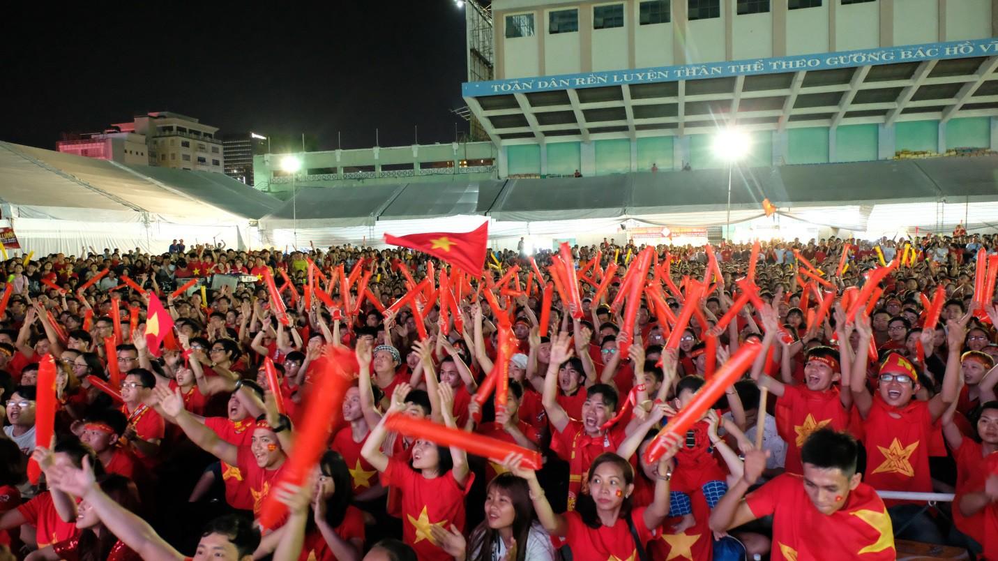 Hàng nghìn CĐV tại 2 đầu đất nước cùng nhau tạo triệu lượt phất cờ cho chiến thắng của đội tuyển Việt Nam - Ảnh 6.