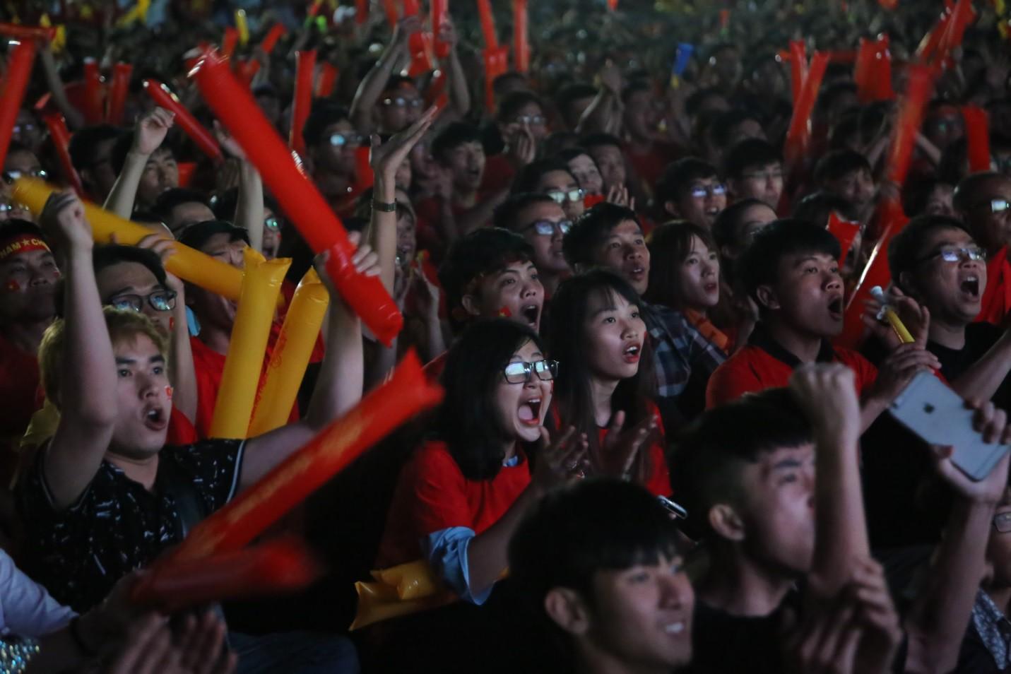 Hàng nghìn CĐV tại 2 đầu đất nước cùng nhau tạo triệu lượt phất cờ cho chiến thắng của đội tuyển Việt Nam - Ảnh 7.
