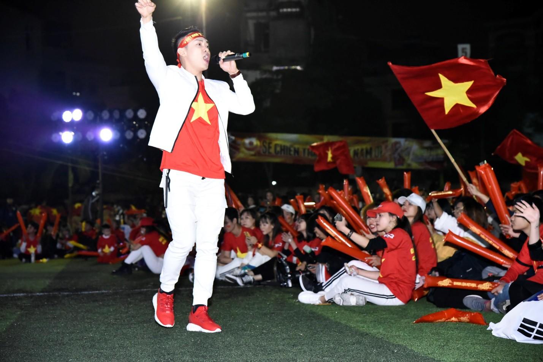 Hàng nghìn CĐV tại 2 đầu đất nước cùng nhau tạo triệu lượt phất cờ cho chiến thắng của đội tuyển Việt Nam - Ảnh 8.