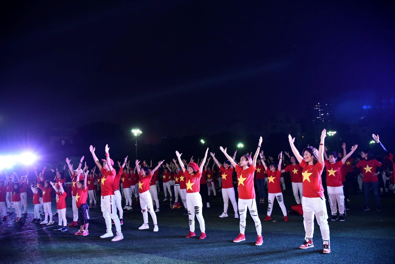 Hàng nghìn CĐV tại 2 đầu đất nước cùng nhau tạo triệu lượt phất cờ cho chiến thắng của đội tuyển Việt Nam - Ảnh 9.