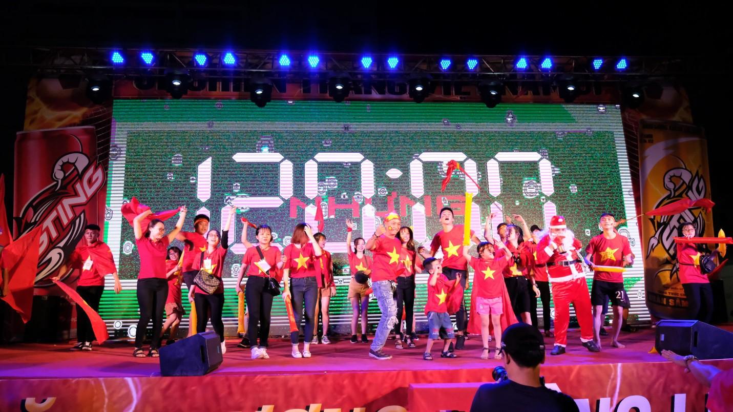 Hàng nghìn CĐV tại 2 đầu đất nước cùng nhau tạo triệu lượt phất cờ cho chiến thắng của đội tuyển Việt Nam - Ảnh 10.