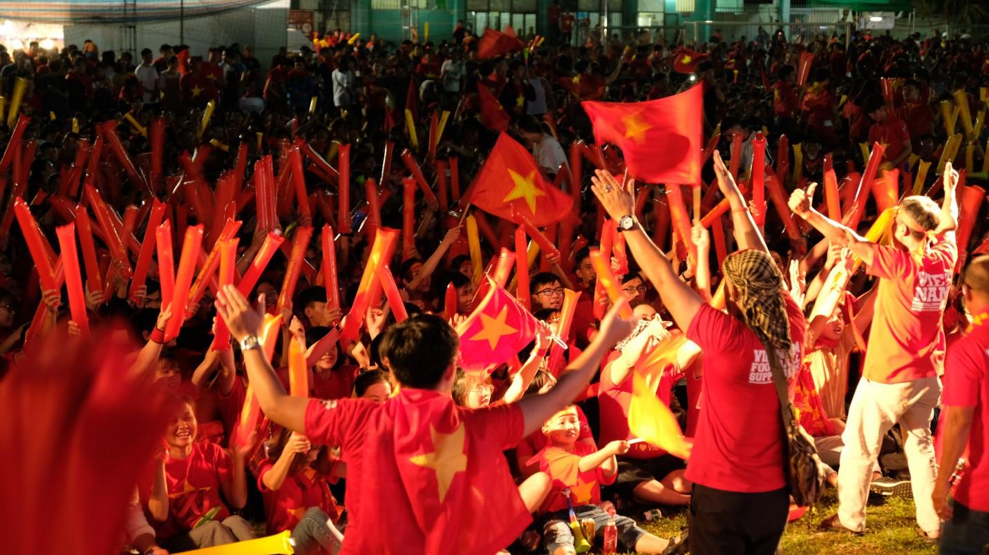 Hàng nghìn CĐV tại 2 đầu đất nước cùng nhau tạo triệu lượt phất cờ cho chiến thắng của đội tuyển Việt Nam - Ảnh 11.