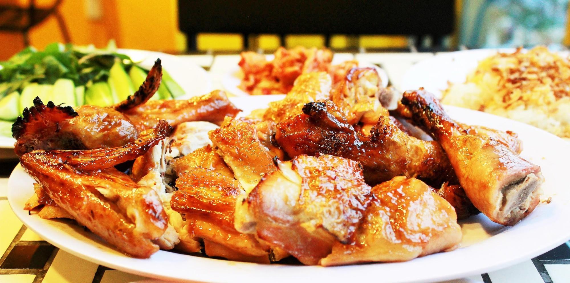 Theo chân người Sài Gòn oanh tạc tiệc gà nướng 5 vị độc lạ ngay giữa Hà Nội mùa đông - Ảnh 2.