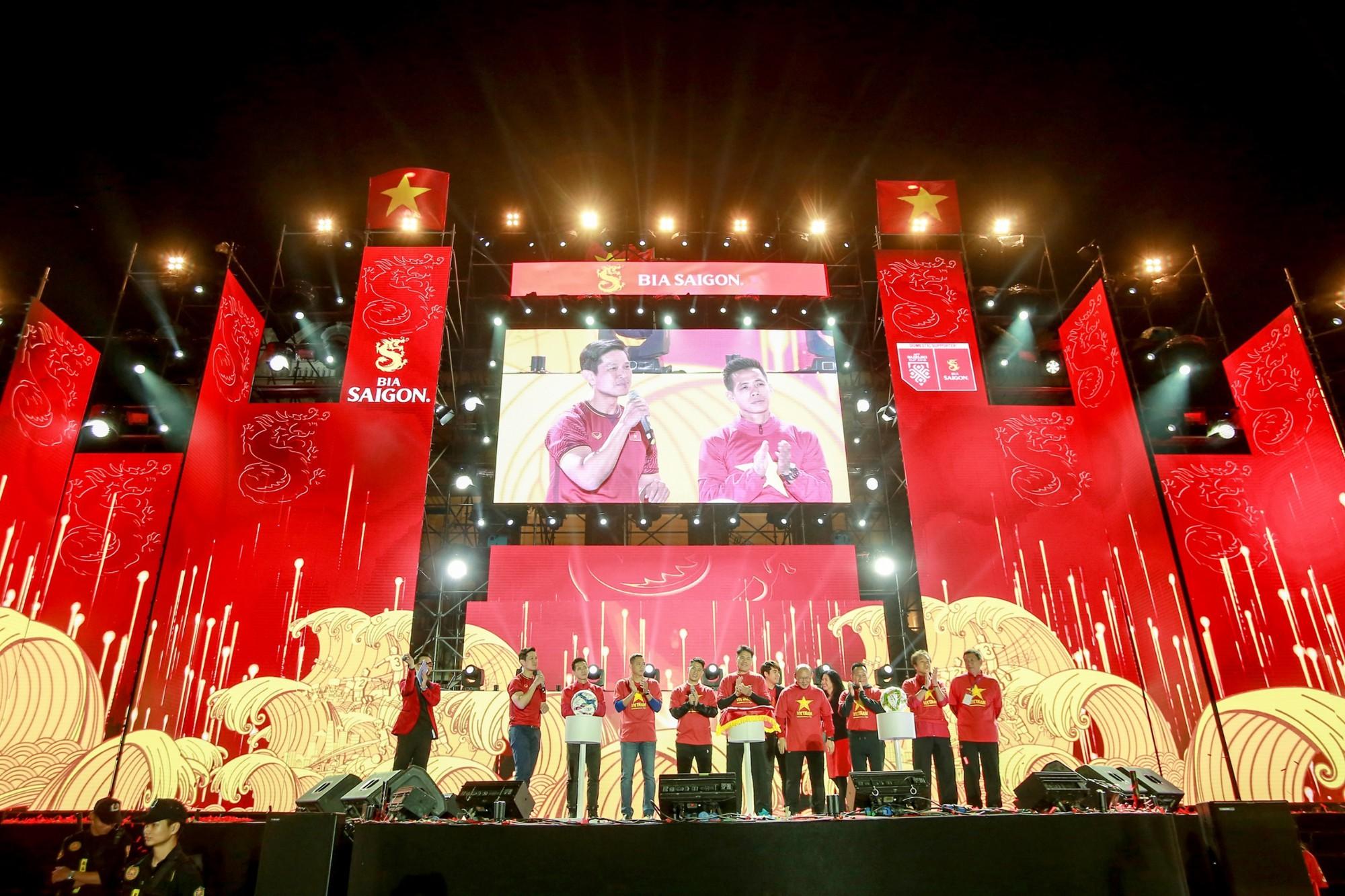 Sống trọn tình yêu bóng đá trong Đại nhạc hội Tự hào Việt Nam - Ảnh 2.
