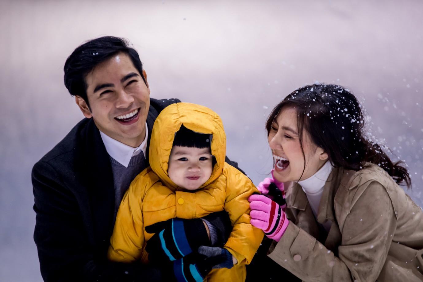 Châu Đăng Khoa dán đầy ảnh du lịch lên người trong MV mới - Ảnh 1.
