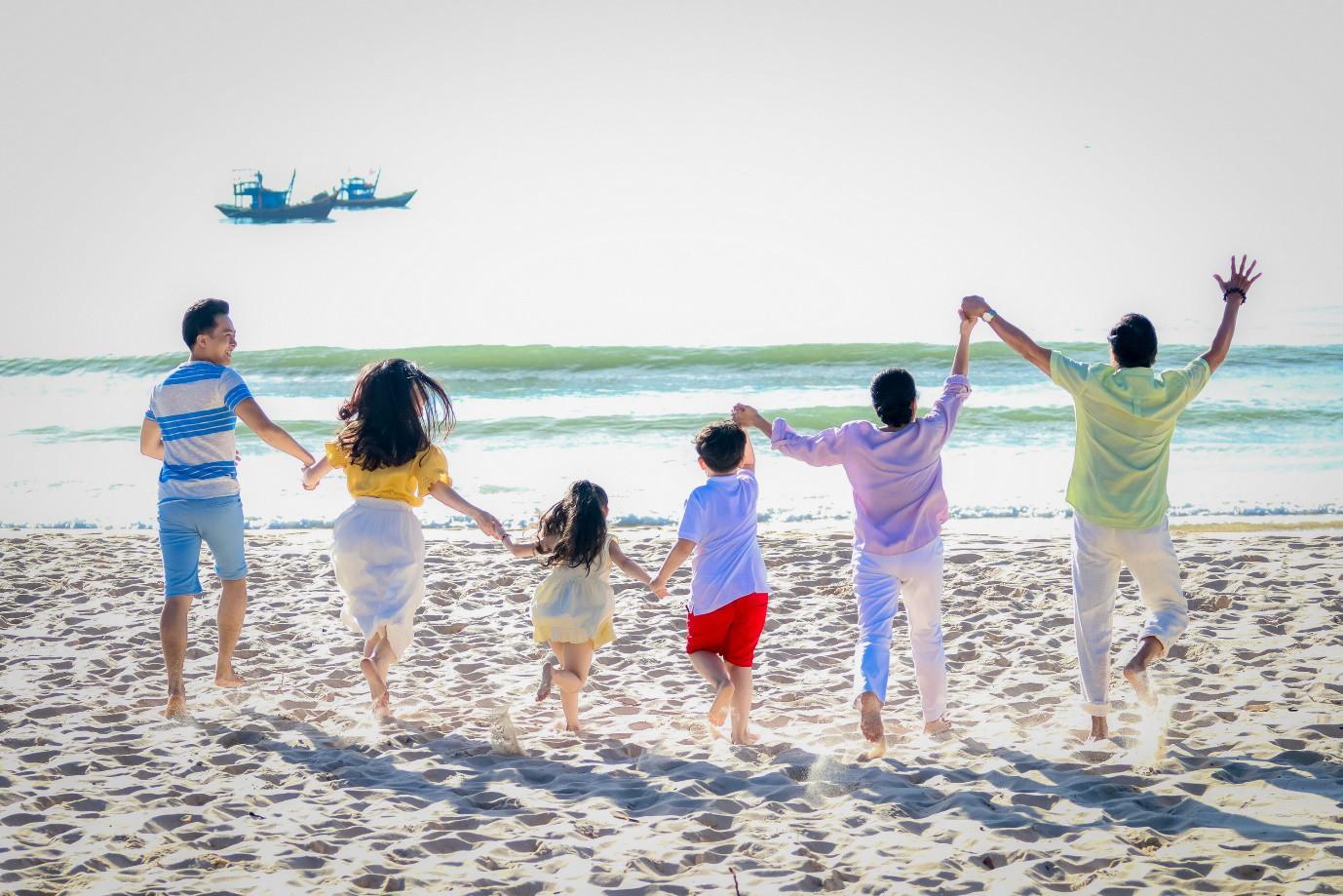 Châu Đăng Khoa dán đầy ảnh du lịch lên người trong MV mới - Ảnh 3.
