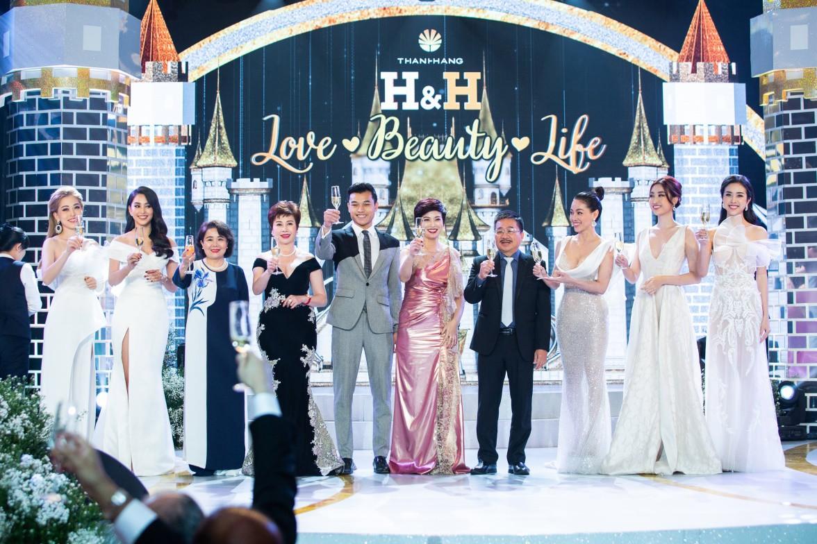 Đỗ Mỹ Linh, Tiểu Vy, Phương Nga hội ngộ cố vấn sắc đẹp Đặng Thanh Hằng - Ảnh 2.