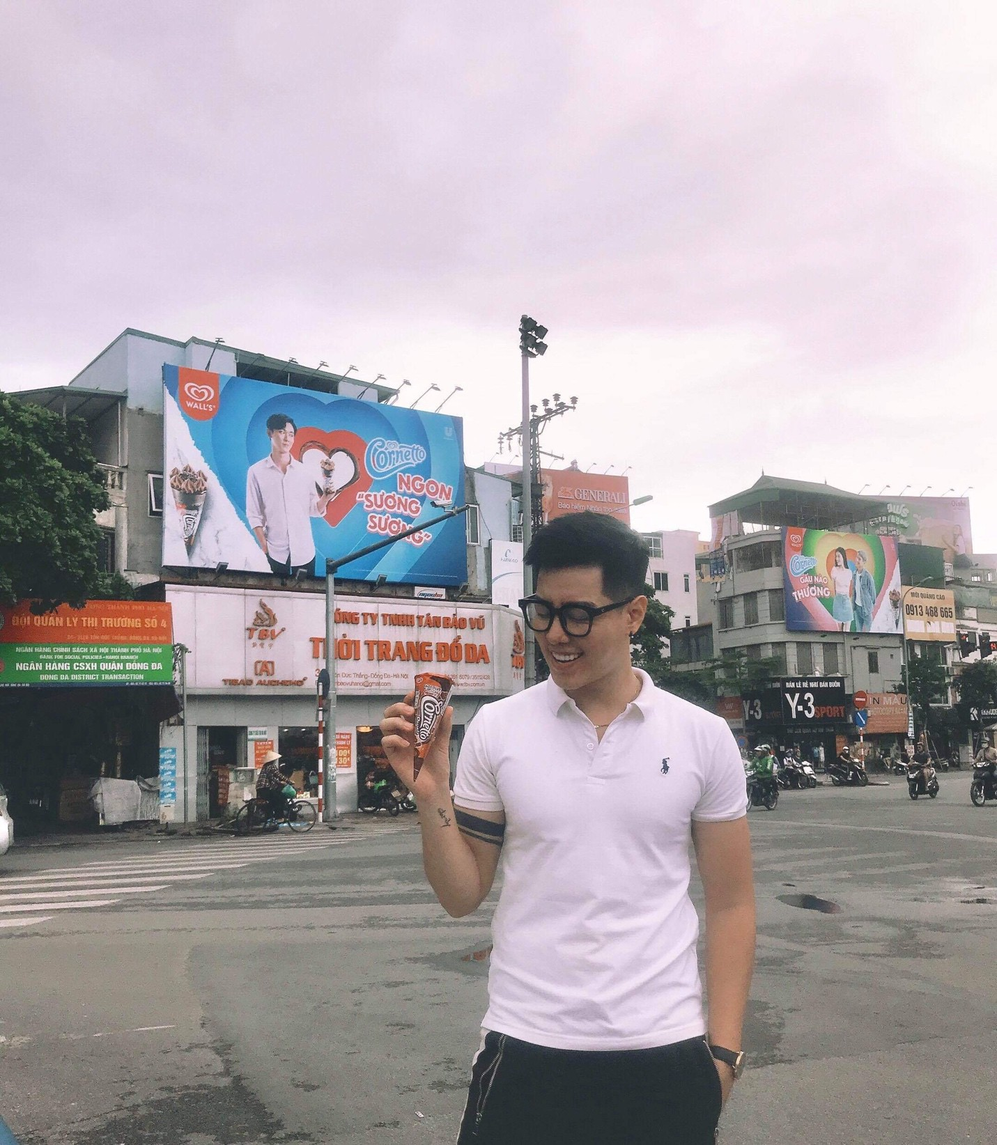Điều gì khiến biển quảng cáo này trở thành nơi khiến giới trẻ Sài Gòn lẫn Hà Nội hào hứng tranh nhau check-in? - Ảnh 2.
