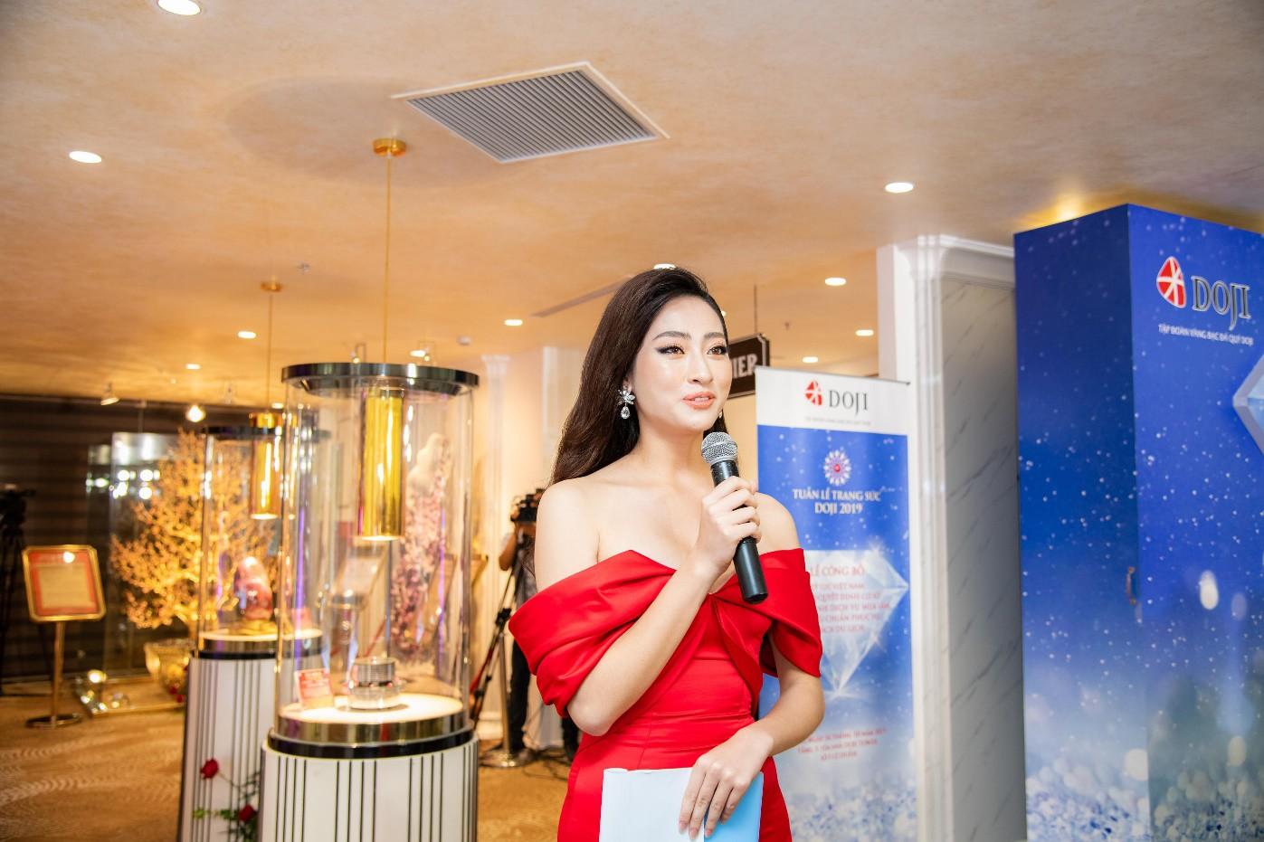 Hoa hậu Lương Thùy Linh rạng rỡ bên những bảo vật kỷ lục của DOJI - Ảnh 1.