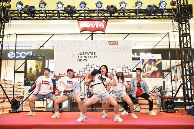 """Levi's Music Week: Biển người đổ về Vincom Trần Duy Hưng để """"Chill"""" cùng Thịnh Suy, JustaTee trong đêm nhạc đầu tiên - Ảnh 1."""