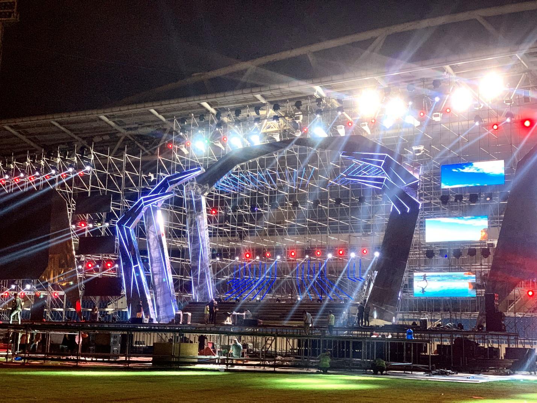 Huy động hơn 100 tấn thiết bị và 100 nhân công để dựng sân khấu siêu hoành tráng FWD Music Fest - Ảnh 4.