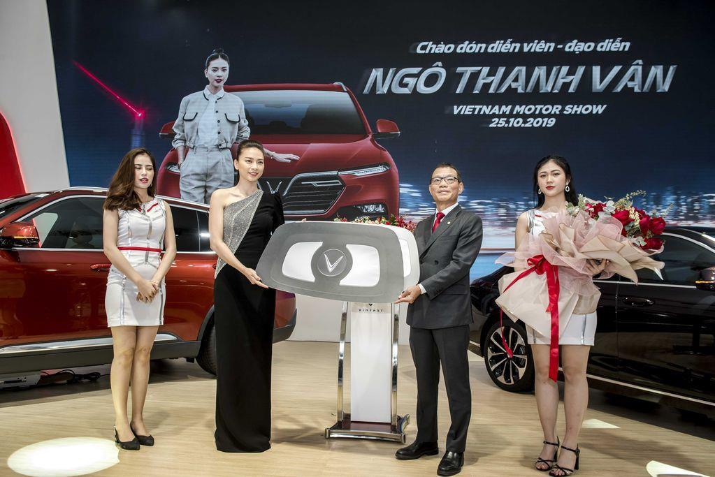 Ngô Thanh Vân nhận xe VinFast Lux SA2.0 giá hơn 1,7 tỷ đồng và sẽ mang xe lên phim - Ảnh 1.