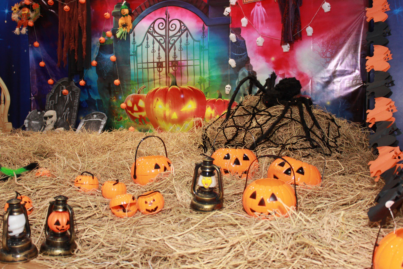 """Điểm đến Halloween: Hóa trang ấn tượng tại đêm hội """"HallotiNi Cà Lang Bí Rợ"""" cùng tiNiWorld - Ảnh 1."""