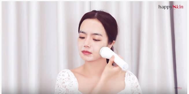 """Emmi Hoàng và """"bảo bối công nghệ"""" chăm da sạch sâu từ gốc - Ảnh 1."""