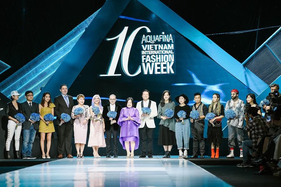 """""""Đột nhập"""" hậu trường Vietnam International Fashion Week VIFW: Không khí làm việc hăng say, chuyên nghiệp của team make up Tina Le - Ảnh 1."""