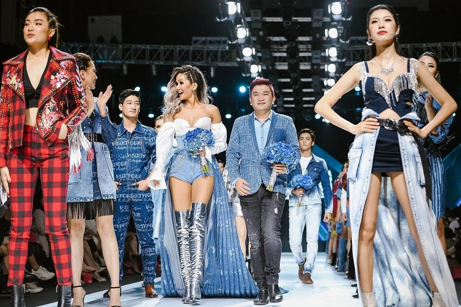 """""""Đột nhập"""" hậu trường Vietnam International Fashion Week VIFW: Không khí làm việc hăng say, chuyên nghiệp của team make up Tina Le - Ảnh 2."""