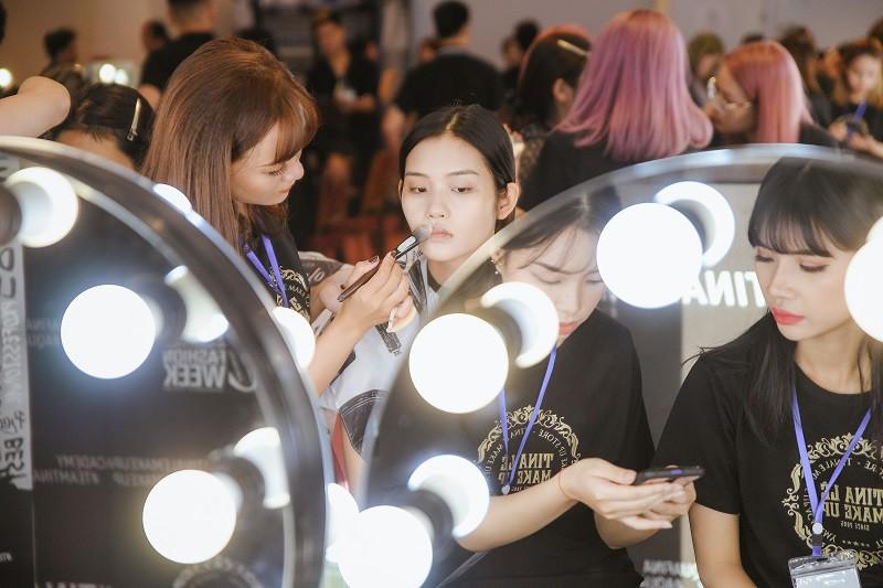 """""""Đột nhập"""" hậu trường Vietnam International Fashion Week VIFW: Không khí làm việc hăng say, chuyên nghiệp của team make up Tina Le - Ảnh 3."""