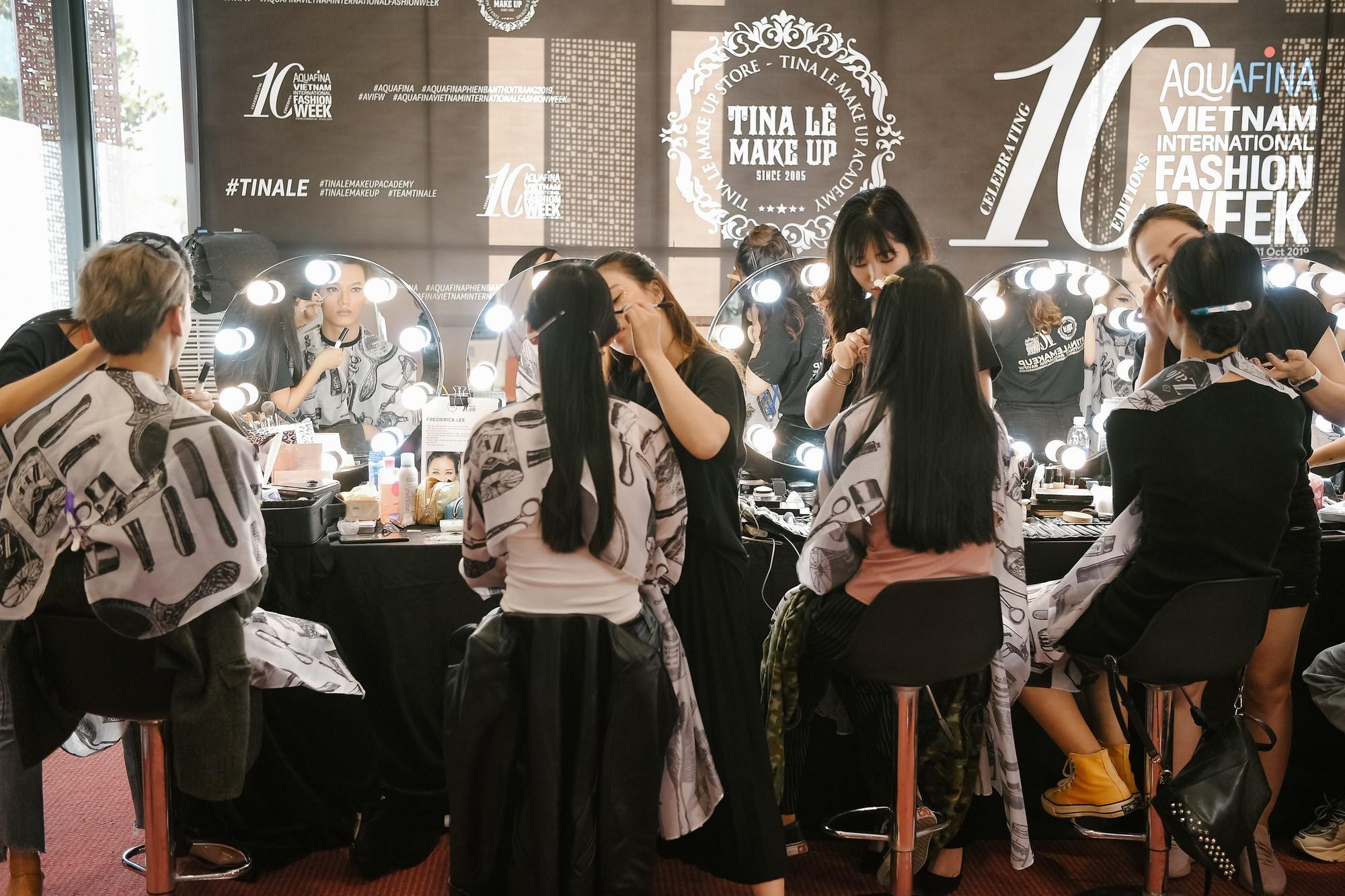 """""""Đột nhập"""" hậu trường Vietnam International Fashion Week VIFW: Không khí làm việc hăng say, chuyên nghiệp của team make up Tina Le - Ảnh 4."""