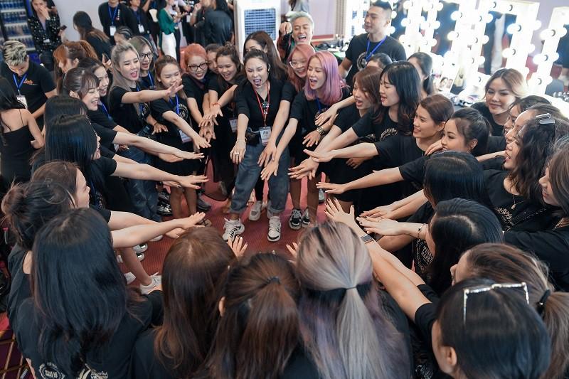 """""""Đột nhập"""" hậu trường Vietnam International Fashion Week VIFW: Không khí làm việc hăng say, chuyên nghiệp của team make up Tina Le - Ảnh 5."""