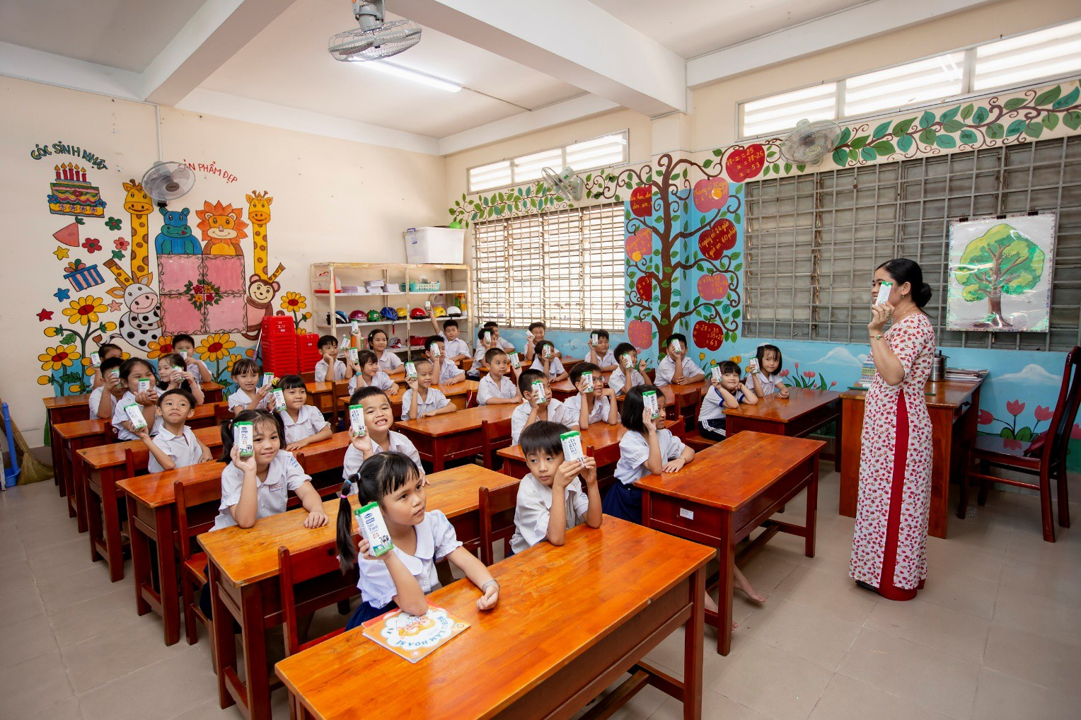 Chương trình sữa học đường chính thức đến với học sinh tỉnh Vĩnh Long - Ảnh 1.