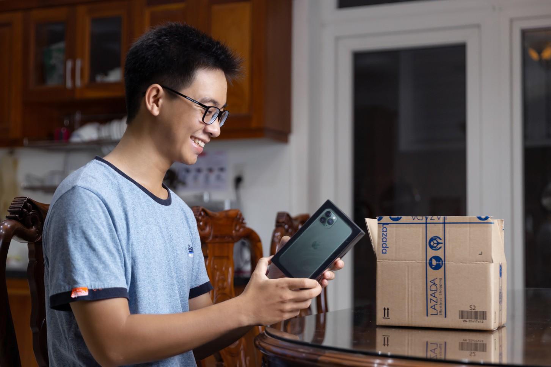 Chơi lớn như Lazada, CEO giao tận tay khách hàng iPhone 11 - Ảnh 1.