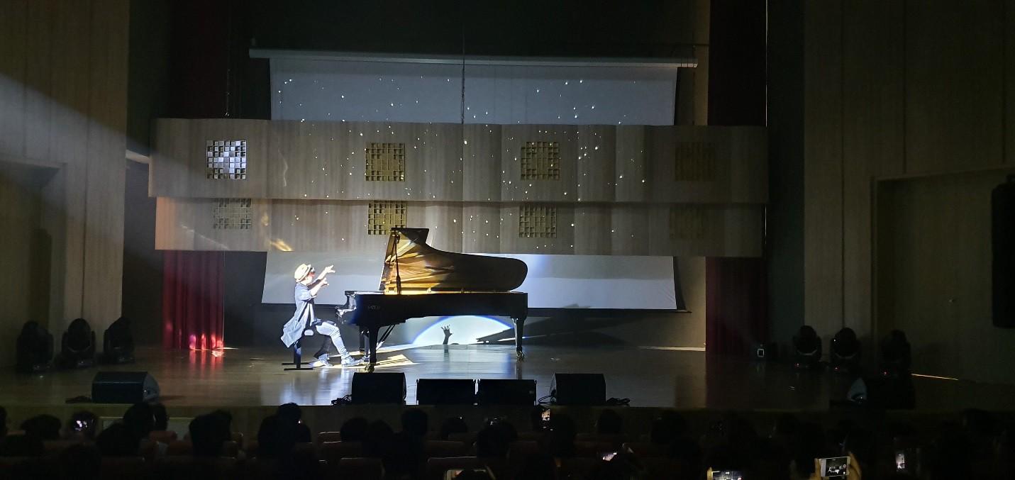 Màn biểu diễn cực chất của nghệ sĩ Tuấn Mạnh tại gala chào đón tân sinh viên Đại học Quốc tế Sài Gòn - Ảnh 1.